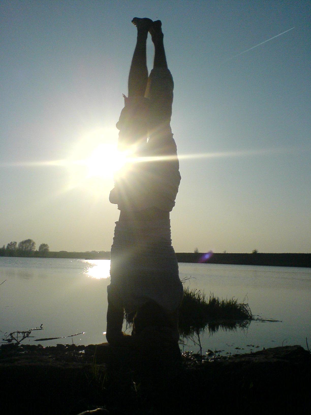 Kopfstand am See
