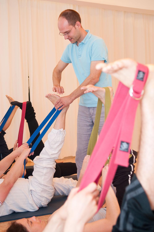 Yoga Grundkurs – Einsatz von Hilfsmitteln wie Gurt oder Klötze erleichtern die Yogaübungen