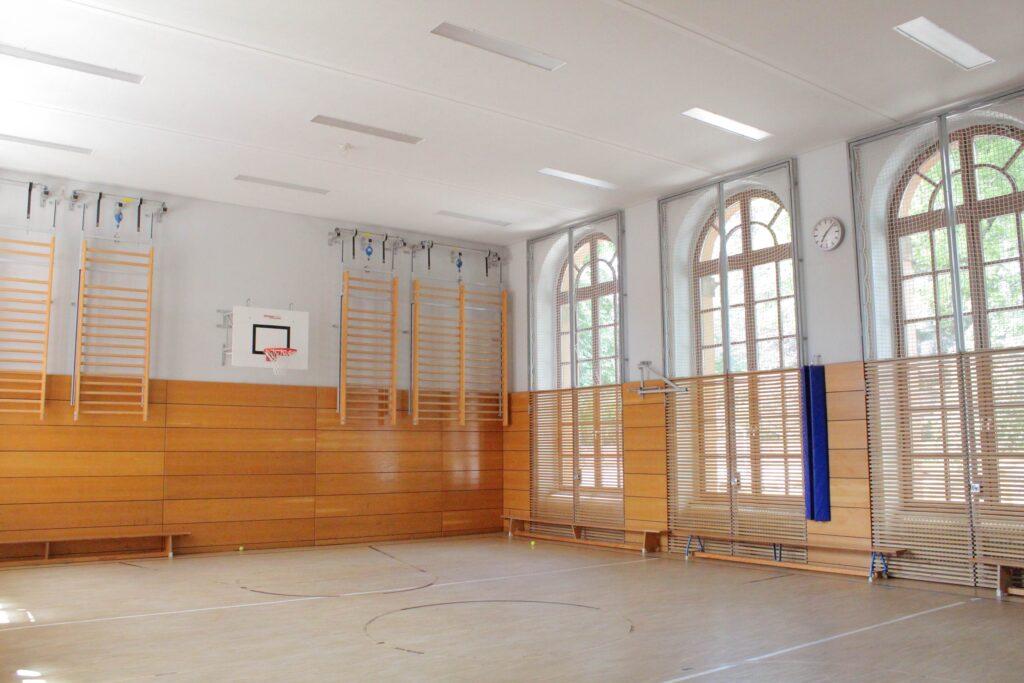 Yoga zu Corona-Zeiten in der Turnhalle. Mit Steffen Katz in Weimar.